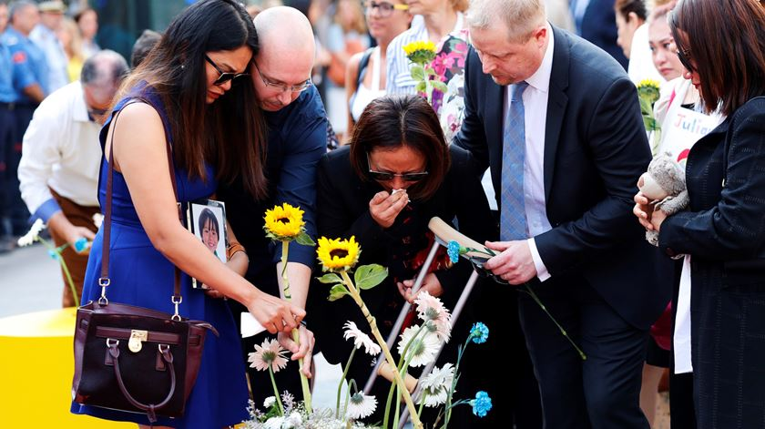 Catalunha homenageia vítimas de atentado, entre protestos contra o rei