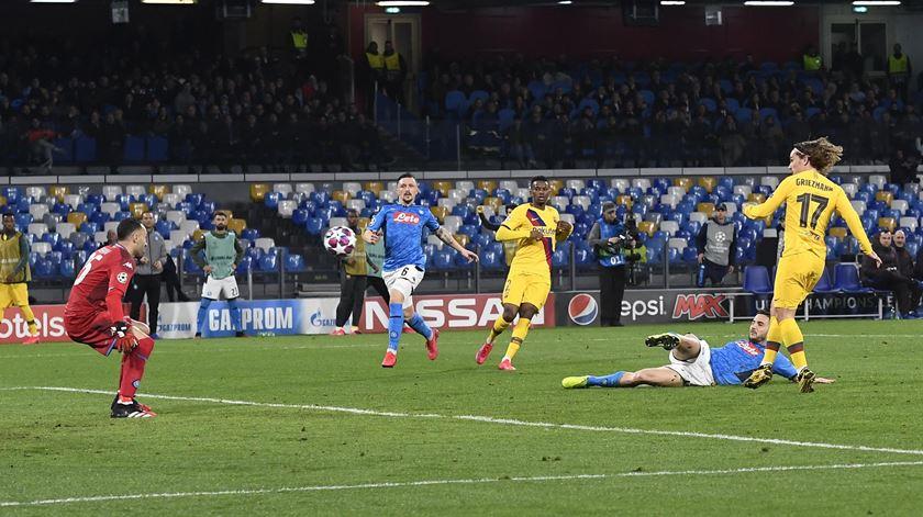 Nélson Semedo decisivo para empate do Barcelona em Nápoles
