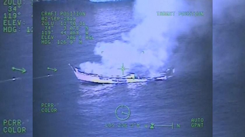 Imagens revelam momento do incêndio num barco que fez 34 mortos na Califórnia