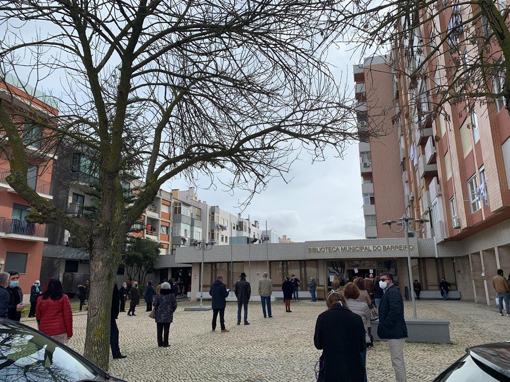 Pessoas fazem fila para votar, no Barreiro. Foto: Ana Carrilho/RR