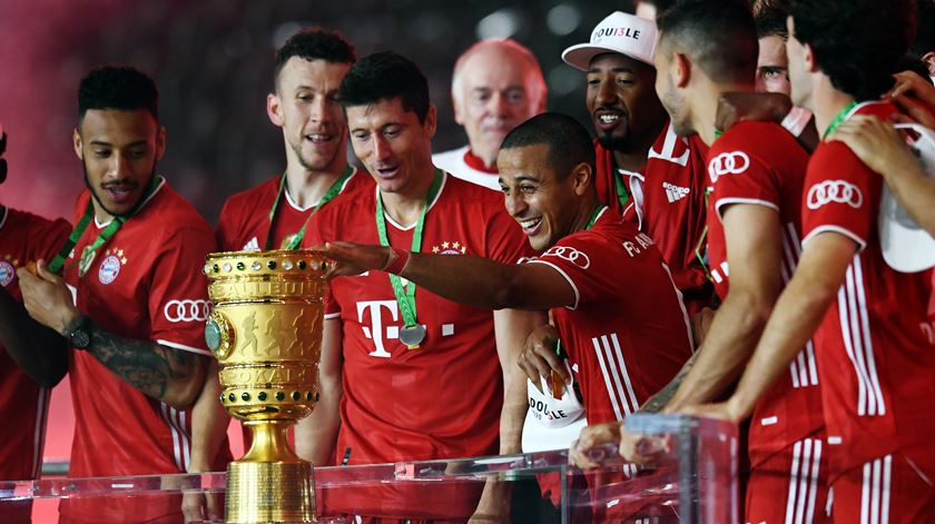 Bayern derrota Leverkusen e junta Taça ao campeonato