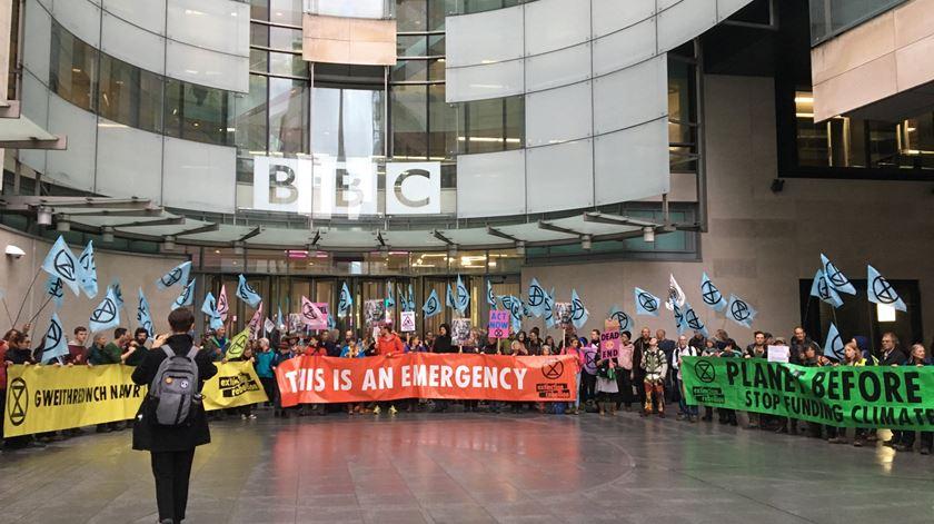Ativistas climáticos bloqueiam entrada da sede da BBC em Londres