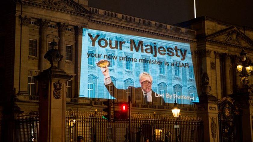 """Boris na fachada de Buckingham. """"Sua Majestade, o seu novo primeiro-ministro é um mentiroso"""""""