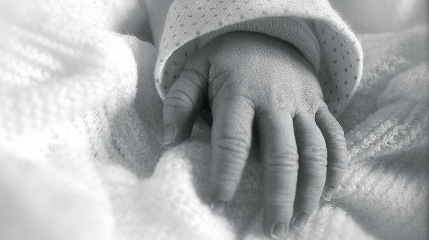 """Bebé encontrado em caixote do lixo em Lisboa é """"saudável"""" e pode ter alta em 48 horas"""