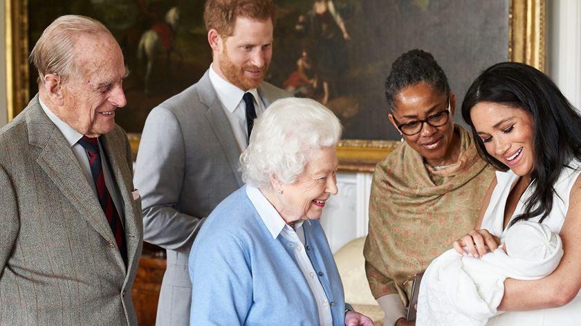 Rainha lamenta decisão de Harry, mas apoia-o a 100%