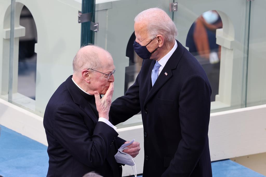 Joe Biden e o padre Leo Donovan durante a inauguração de Biden. Foto: Tasos Katopodis/EPA