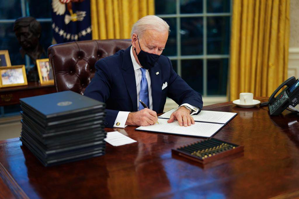 Joe Biden assina primeiras ordens executivas após tomar posse como presidente dos Estados Unidos Foto: Doug Mills/EPA
