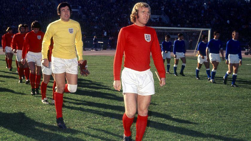 Gordon Banks atrás de Bobby Moore, com a camisola da seleção inglesa. Foto: Action Images/Reuters