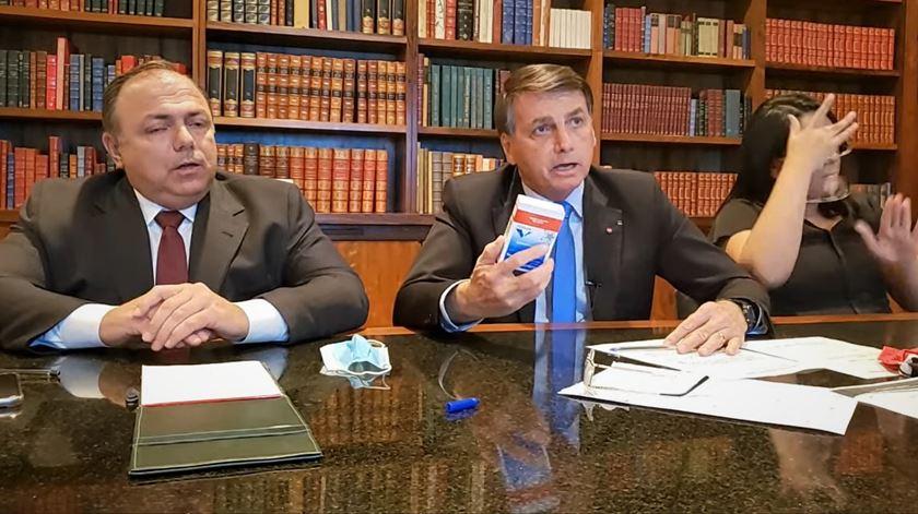 """Covid-19. Brasil investe na """"vacina de Oxford"""" e Bolsonaro volta a defender hidroxicloroquina"""
