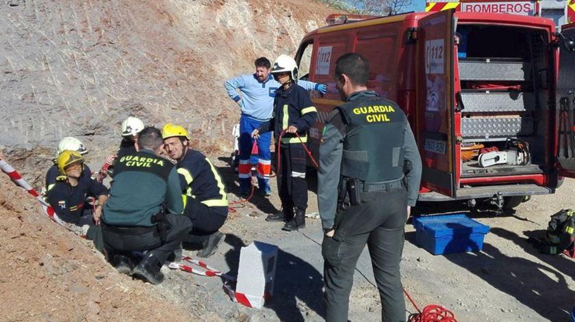 Bombeiros trabalham no resgate da criança de dois anos que caiu num poço, em Espanha. Foto: Bombeiros AB/Twitter