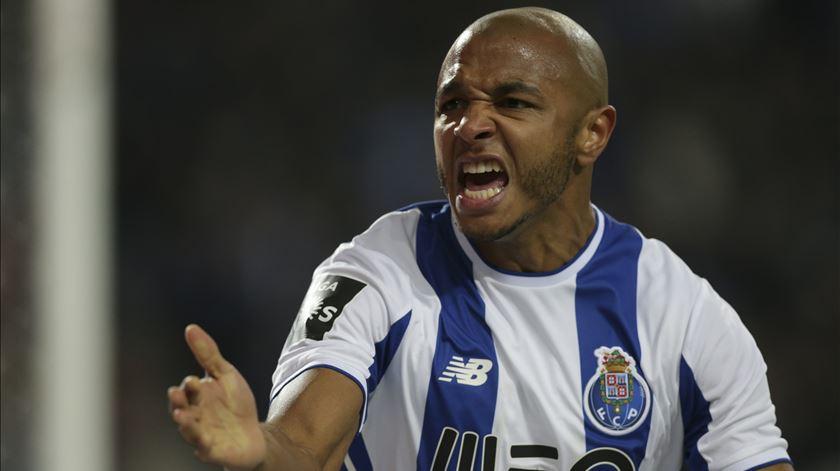 Para o ex-árbitro Gomes, Brahimi fez um gesto que podia ter custado acção disciplinar. Foto: José Coelho/Lusa
