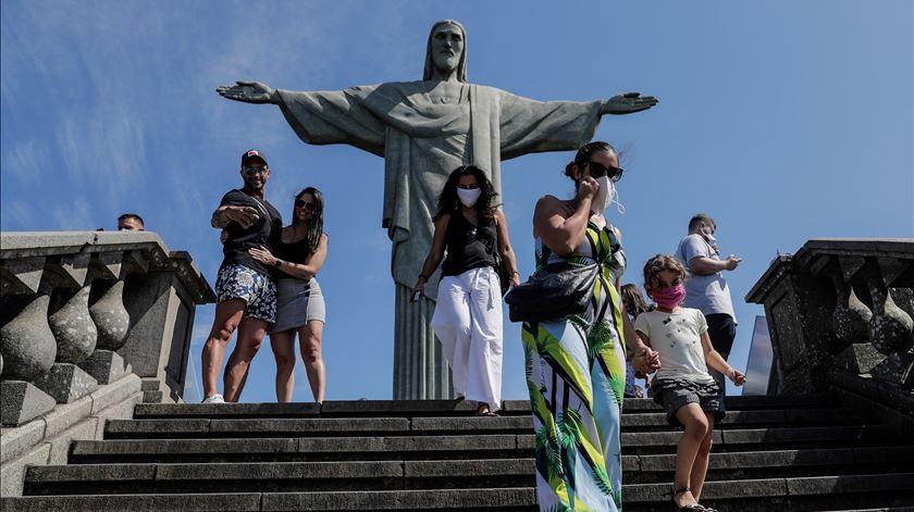 Brasil ultrapassa 155 mil mortes e aproxima-se dos 5,3 milhões de casos