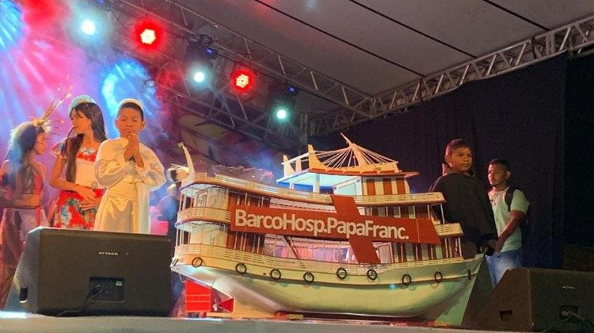 Modelo do barco-hospital com o nome do Papa. Foto: Ecclesia
