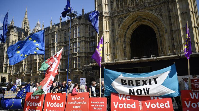 Parlamento britânico aprova lei que trava Brexit sem acordo