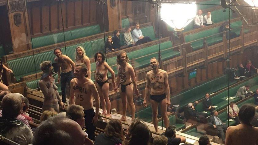 Ativistas ambientais despem-se em protesto durante debate do Brexit no Parlamento