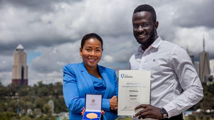 """Jovem do Uganda inventa """"app"""" para diagnosticar malária sem sangue"""