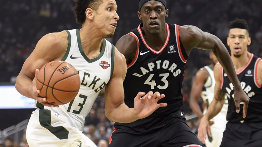 Brodgdon luta com Siakam, no duelo entre as duas melhores equipas da Conferência Este da NBA. Foto: Benny Sieu/Reuters