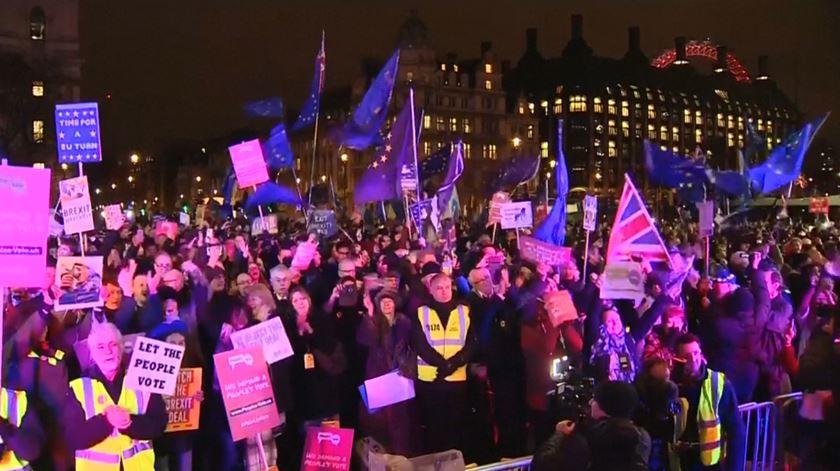 Chumbo do acordo do Brexit celebrado por centenas de britânicos em Londres