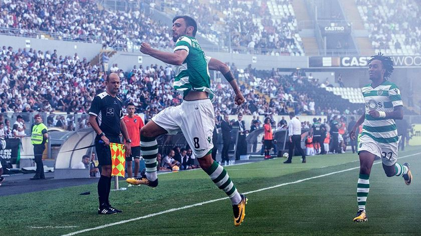 Bruno Fernandes celebra um dos dois golos que marcou em Guimarães. Foto: Mário Vasa/SCP
