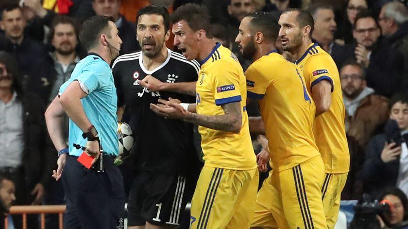 """Buffon. """"Árbitro cometeu um crime contra o espírito desportivo"""""""