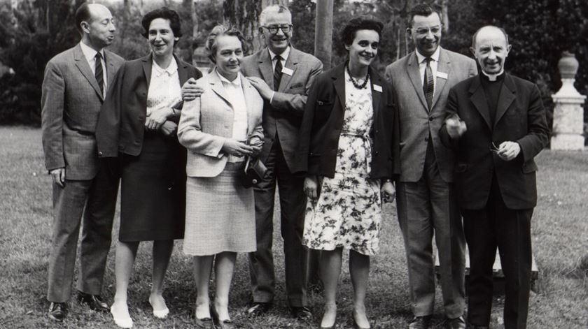 Padre Henri Caffarel, fundador das Equipas de Nossa Senhora, com alguns dos primeiros casais do movimento. Foto: DR