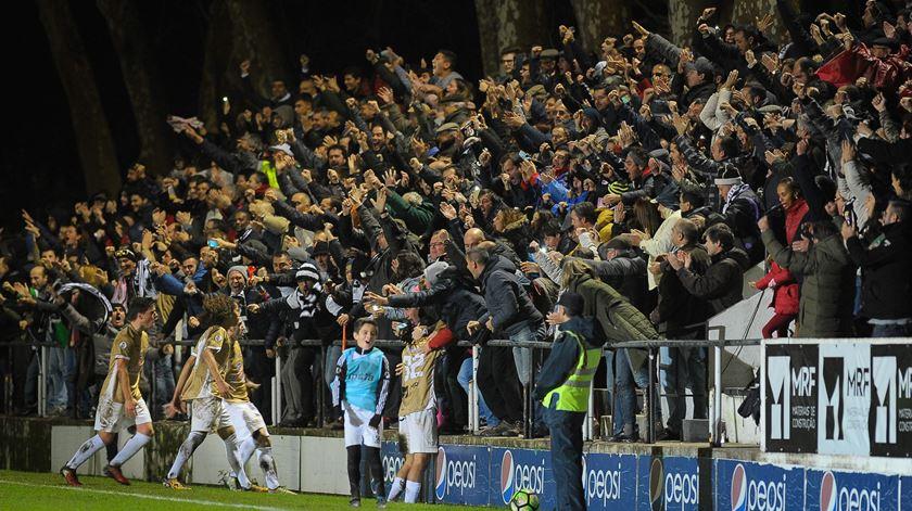 Adeptos do Caldas entusiasmados com a carreira da equipa na Taça. Foto: Carlos Barroso/Lusa