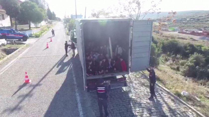 Polícia turca interceta camião com 82 migrantes afegãos