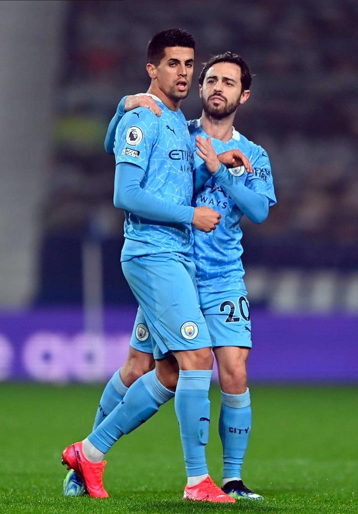 João Cancelo e Bernardo Silva combinaram no segundo golo do City. Foto: Laurence Griffiths/EPA