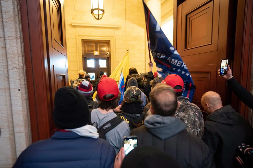 Apoiantes de Donald Trump invadiram o Capitólio. Foto: Jim lo Scalzo/EPA