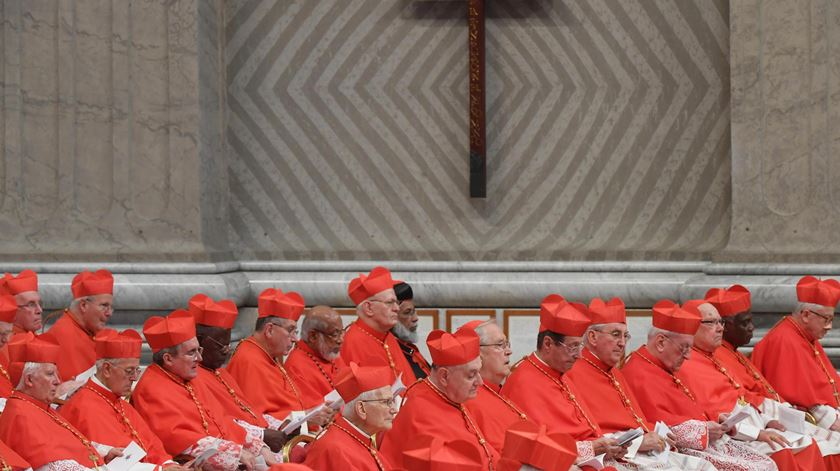 O Papa Francisco tem mudado a composição nacional do Colégio Cardinalício, trazendo sa periferias para Roma. Foto: Claudio Peri/EPA