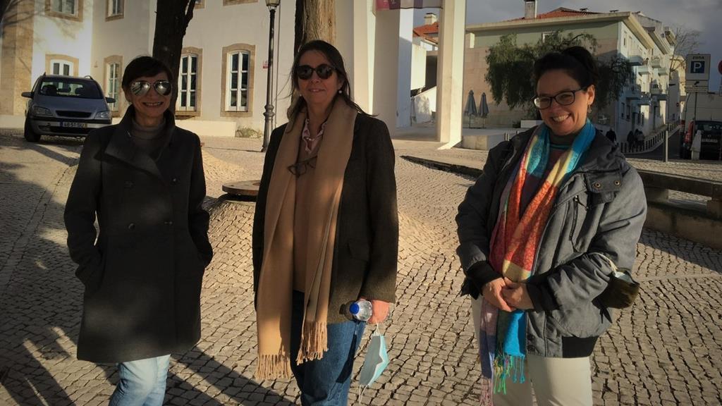 Raquel Nascimento (à direita) tinha uma empresa de tuk-tuk. Paula Araujo (à esquerda) também teve de pedir ajuda. Ao centro,  Maria Dulce, voluntária na Cáritas. Foto: Filomena Barros/RR