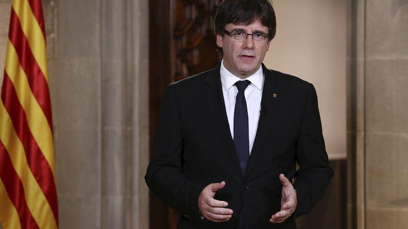 Catalunha.  Puigdemont quer reunião do Parlamento regional
