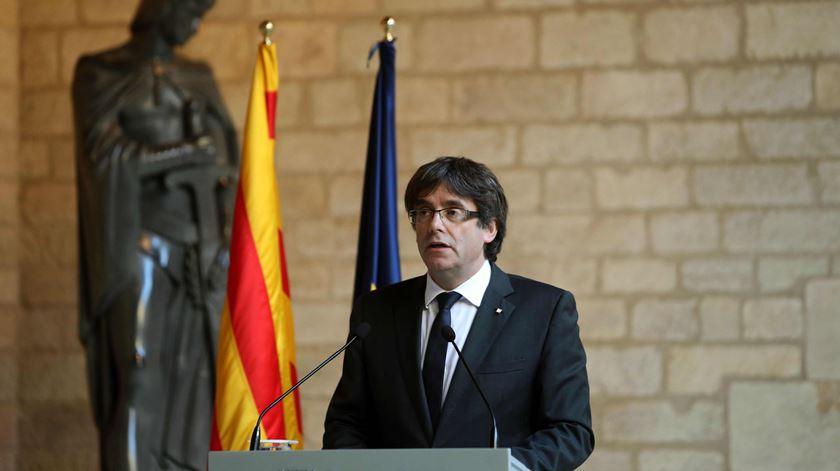 Catalunha. Puigdemont não convoca eleições e apela ao civismo e à paz