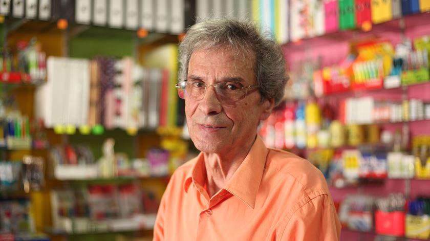 António Medeiros, dono de uma papelaria em Vila de Porto, viveu os anos de ouro da ilha. Foto: João Carlos Malta