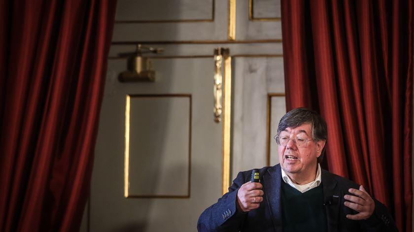 """""""Fronteiras do universo"""" foram quebradas e premiadas com o Nobel, destaca Carlos Fiolhais"""
