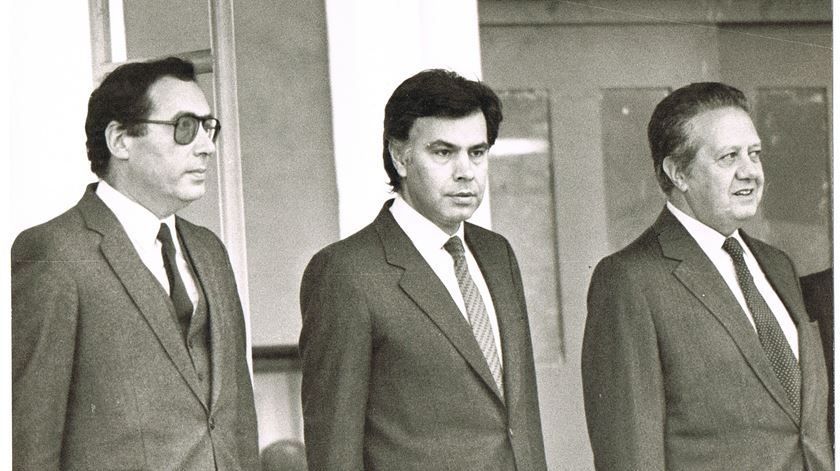 Carlos Mota Pinto e Mário Soares com o primeiro-ministro espanhol Filipe Gonzaléz. Fonte: PSD