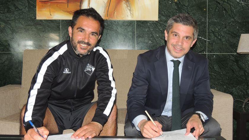 Carlos Pinto e Pedro Roxo no momento da assinatura do contrato Foto: Facebook Académica de Coimbra