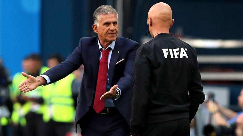 """Queiroz acusa FIFA e árbitros de favorecerem Espanha. """"O campo está inclinado"""""""