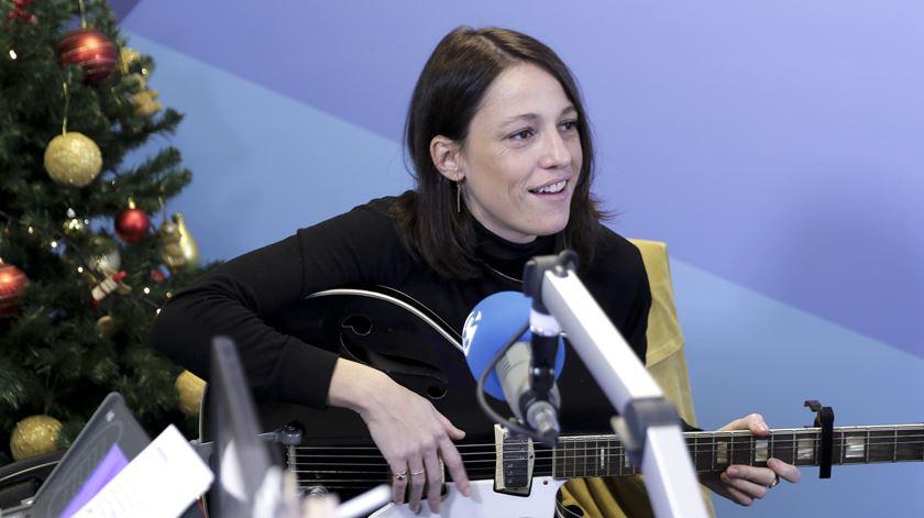 """Carminho toca """"Estrela"""" à guitarra elétrica, na Manhã da Renascença"""