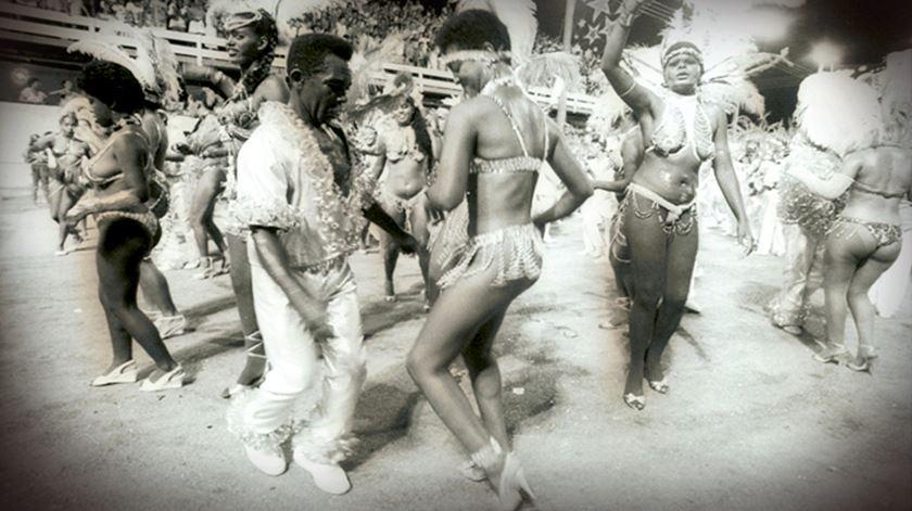 """Como o Brasil """"tirou o Carnaval do povo"""". André Jordan regressa ao morro de onde saiu o samba."""