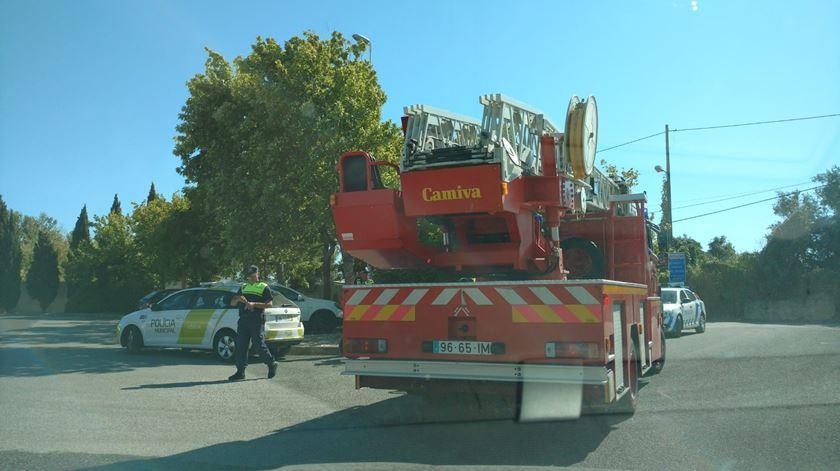 Incêndio em Carnide deflagra perto de casas. Infantário foi evacuado