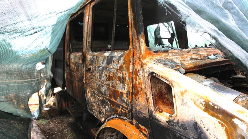 Um dos carros da corporação foi destruído pelo fogo