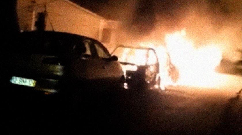 Seis carros arderam esta madrugada em Oeiras
