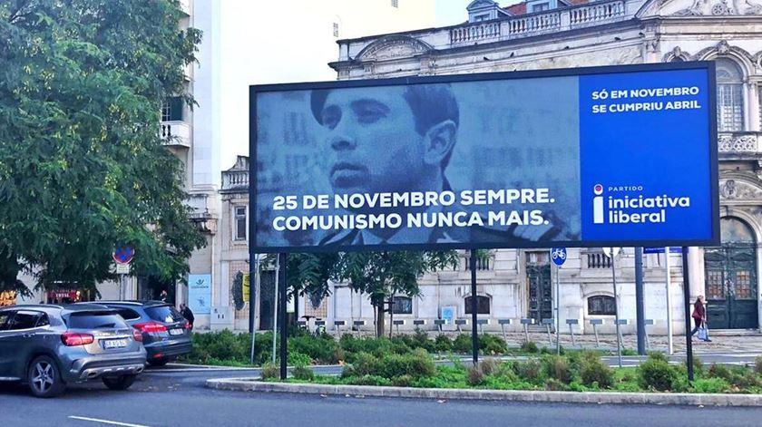 Cartaz da Iniciativa Liberal colocado no Saldanha, em Lisboa, sobre o 25 de novembro. Foto: Paula Caeiro Varela/RR