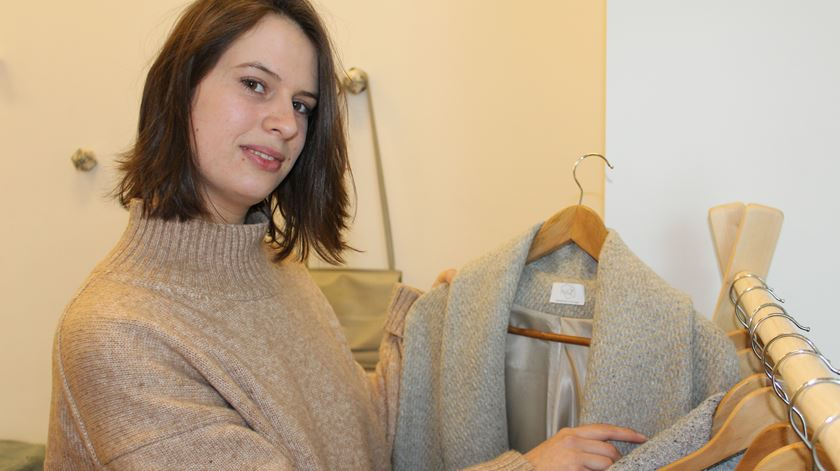 Um dos casacos reciclados feitos com materiais recicláveis. Foto: Liliana Carona/RR