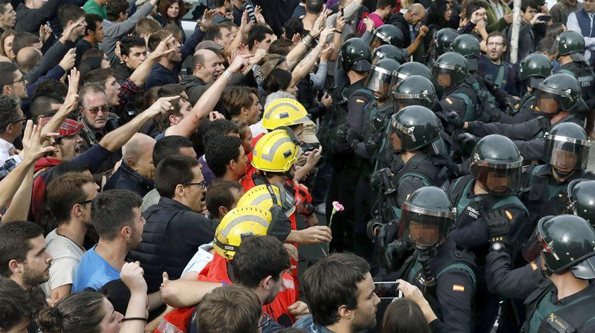 Referendo na Catalunha. Imagens de violência policial multiplicam-se nas redes