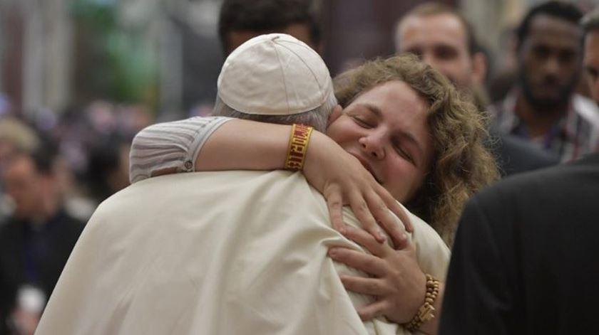 """JMJ 2022. Catarina deu um abraço """"bem apertado"""" ao Papa Francisco"""
