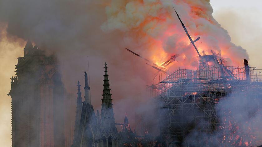 Catedral de Notre Dame. O momento em que o pináculo da torre central ruiu