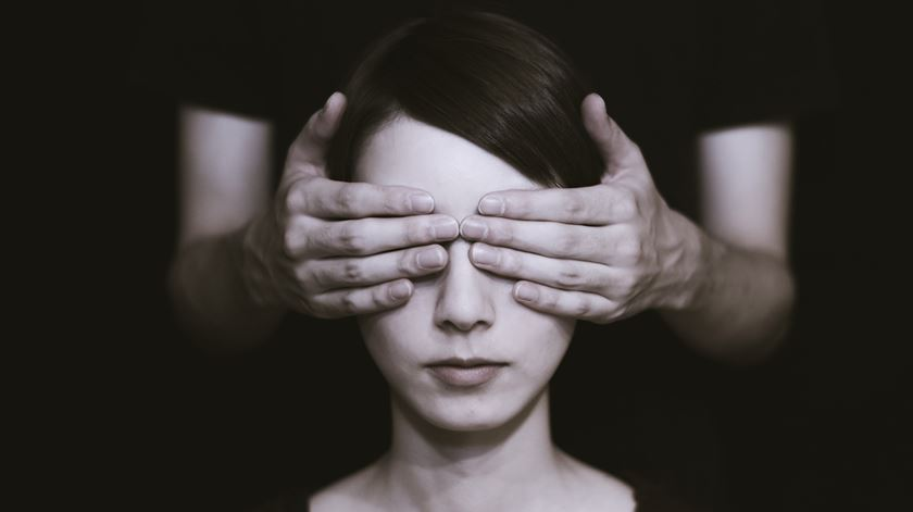 """Já experimentou usar o """"smartphone"""" de olhos fechados?"""