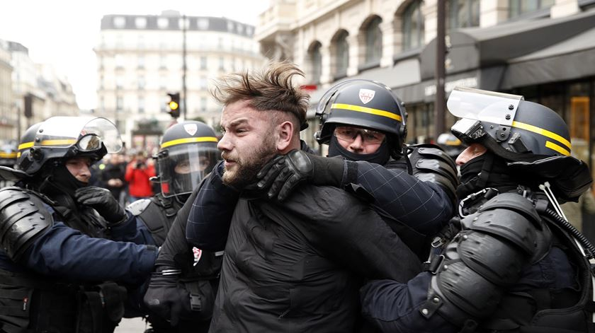 Alta tensão em França. Mais de 200 detidos em dia de nova manifestação